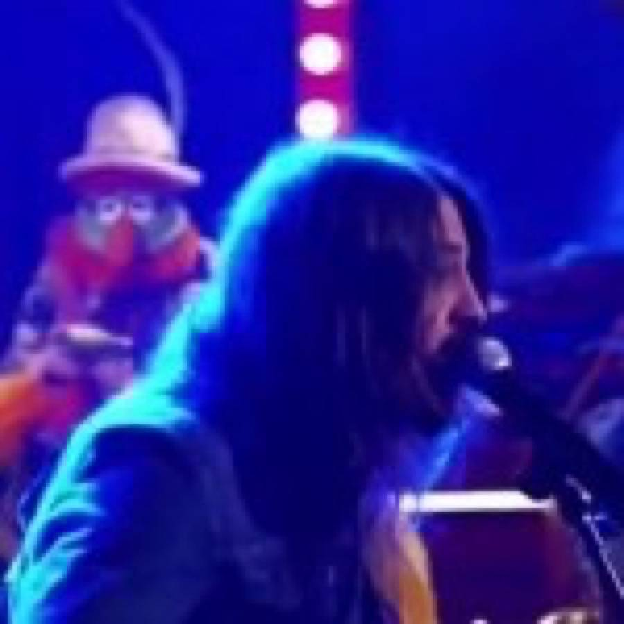 "Dave Grohl esegue ""Learn To Fly"" con la Muppets Band"