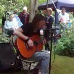 Thom Yorke ha suonato un set acustico nel giardino dei vicini di casa