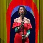 """St. Vincent esegue """"New York"""" e """"Los Ageless"""" al Late Show di Colbert"""