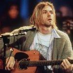 """Di nuovo all'asta il cardigan indossato (e mai lavato) da Kurt Cobain nel leggendario """"MTV Unplugged in New York"""""""