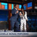 Janelle Monàe e Stephen Colbert ballano insieme (sulla scrivania del Late Show)