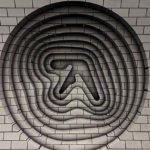 Misteriosi logo in 3D di Aphex Twin sono apparsi nella Metropolitana di Londra