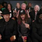 "Jimmy Fallon, Aerosmith e i Roots cantano ""Walk This Way"" con strumenti giocattolo"