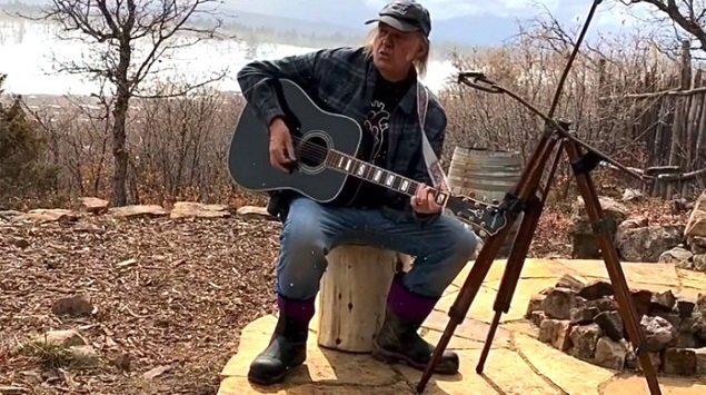 """Neil Young. Anche """"On the Beach"""" nel secondo episodio delle """"session del focolare"""""""